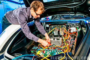 Автоэлектрик проводит диагностику неполадок авто
